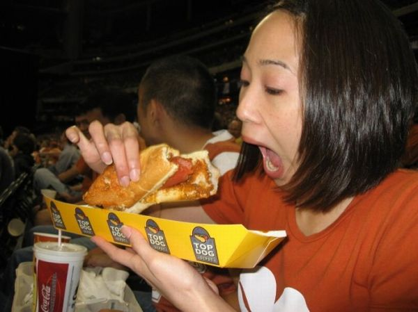 girlseatinghotdogs29 - Julio mes de los Hot Dogs celébralo con estas fotos de Chicas comiendo perritos calientes