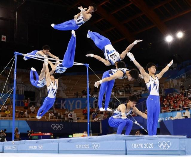 日本19歲男子體操選手橋本大輝3日在東京奧運體操單槓項目奪金。日本共同社將他落地連續動作拼成一張照片。(共同社)