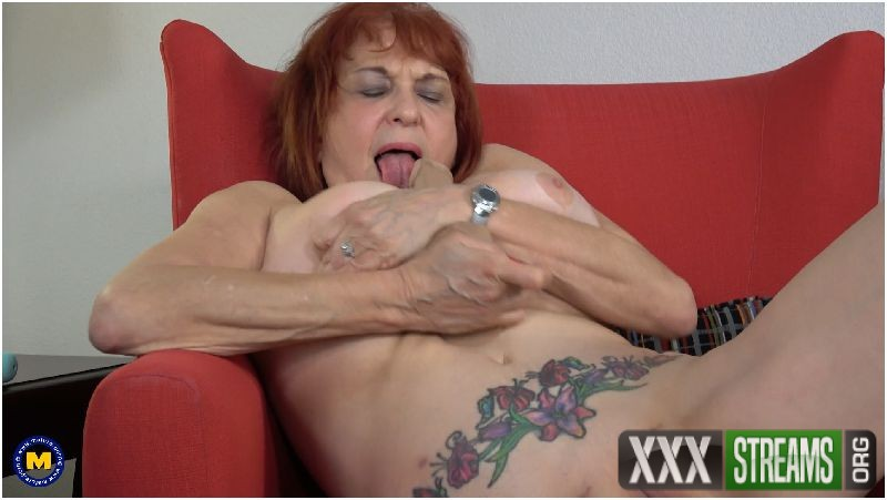 Angie Summers (59) in American cougar fingering herself