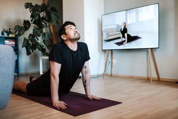 8- فيديوهات اللياقة ابحث عن فيديوهات تناسبك لكي تقدم لك تمارين مباشرة، أو اشترك في قناة للياقة البدنية، وستجد فيديوهات مفيدة
