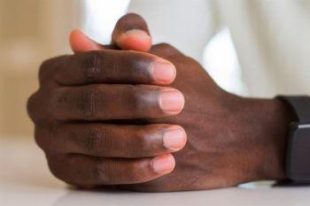 7- مرطب للأظافر يمكن للفازلين أن يرطب جميع أجزاء اليدين، فإذا كانت أظافرك ضعيفة، فقد يساعدها الفازلين على ملء وتنعيم بعض الن