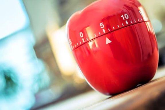 9- الخضار المطبوخة أكثر من اللازم: لاحظ البروكلي النيء والمجمد: إذا تم إذابته ، فلن يكون لزجًا كما هو طازج وسيطهى بشكل أسرع.