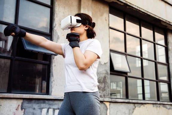 1- الواقع الافتراضي تحول سماعات الرأس الافتراضية الألعاب إلى تمارين، وتحدث الفائدة عبر التدريب المتقطع، وترفع معدل ضربات الق
