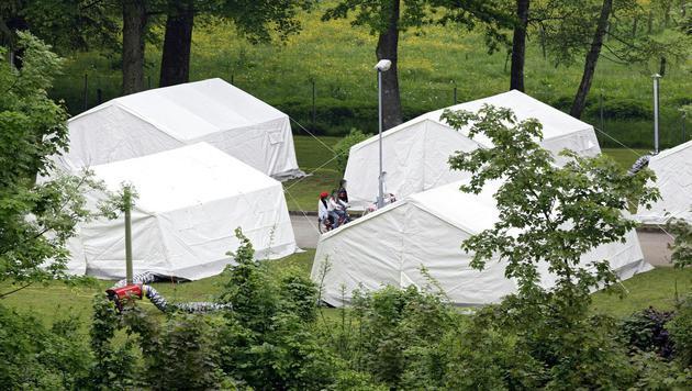 Die Zelte auf dem Gelände des Erstaufnahmezentrums in Thalham sind wieder leer und wurden abgebaut. (Bild: APA/MANFRED FESL)