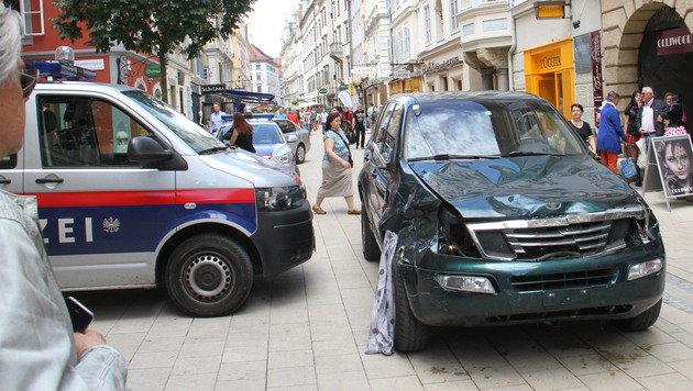 Vor der Polizeistation in der Schmiedgasse hielt Alen R. an und ließ sich festnehmen. (Bild: Christian Jauschowetz)