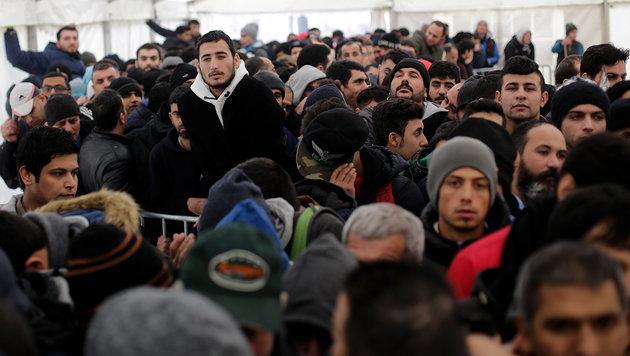 Wartende Flüchtlinge in Berlin (Bild: AP)