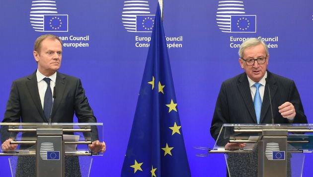 Ratspräsident Tusk (links) verteidigt Juncker (Bild: AFP)