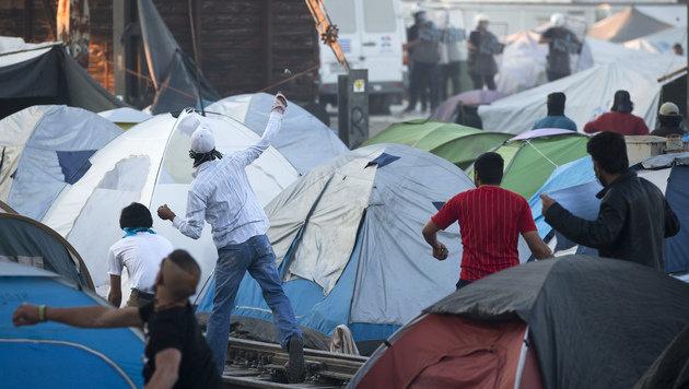 Idomeni: Flüchtlinge nutzen Waggon als Rammbock (Bild: Associated Press)