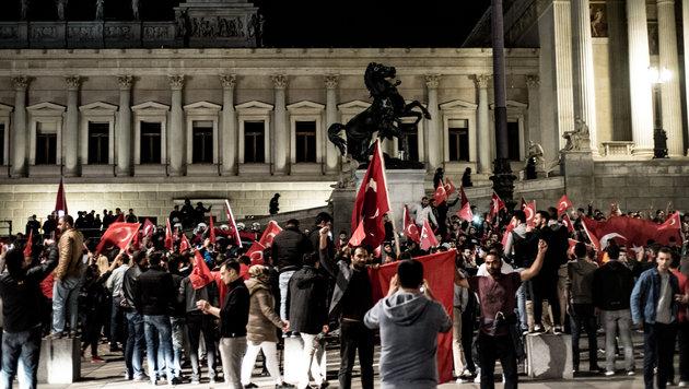 """""""Allahu Akbar""""-Rufe hallten über den Wiener Heldenplatz. (Bild: APA/CHRISTOPHER GLANZL)"""