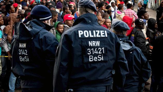 """Deutsche Polizei: """"Sie lachen über unsere Justiz"""" (Bild: APA/AFP/GUILLERMO ARIAS, APA/AFP/PATRIK STOLLARZ)"""