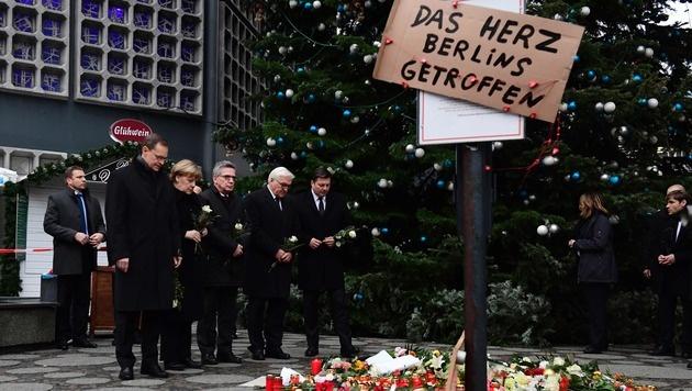 Kanzlerin Merkel legte am Anschlagsort in Berlin Blumen in Gedenken an die Opfer nieder. (Bild: APA/AFP/TOBIAS SCHWARZ)