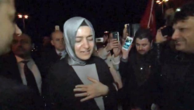 Die türkische Familienministerin Fatma Betül Sayan Kaya am Flughafen Köln-Bonn (Bild: Screenshot/Ruptly.TV)