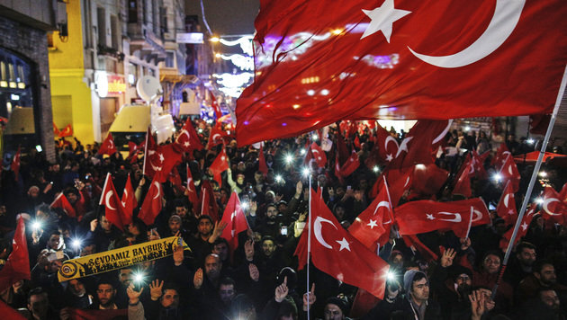 Demonstranten in Istanbul (Bild: The Associated Press)