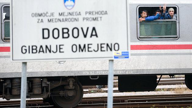 Flüchtlinge in einem kroatischen Zug unmittelbar nach Überquerung der slowenischen Grenze (Bild: AFP)