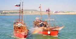 2 часа круиз с пиратски кораб и морска битка във Варненския залив - на 3 или 8 Август, с включени пица и напитки