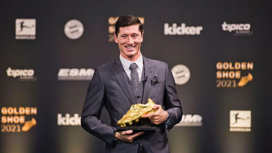 Robert Lewandowski (Bayern Monaco) riceve la Scarpa d'Oro e ringrazia la moglie - Eurosport