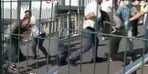 Metrobüs üst geçidinde yumruk yumruğa kavga!