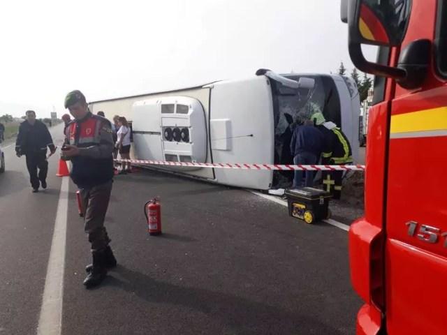 Denizli'de turistlerin taşındığı otobüs devrildi: 17 yaralı