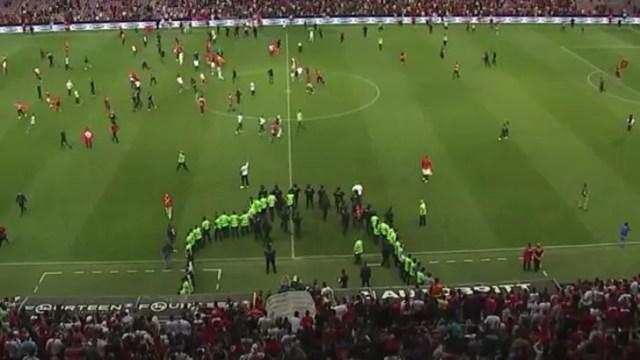 Türkiye - Tunus maçında taraftar sahaya girdi!