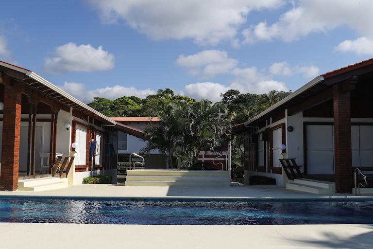 Playa Escondida Beach Club es uno de los dos desarrollos turísticos de lujo que se han construido en terrenos reclamados por los garífunas en Triunfo de la Cruz.  Imagen de Christopher Clark para Mongabay.