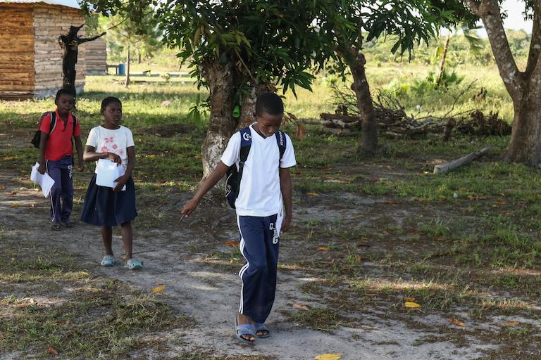 Niños garífunas en camino a la escuela en Vallecito.  Imagen de Christopher Clark para Mongabay.