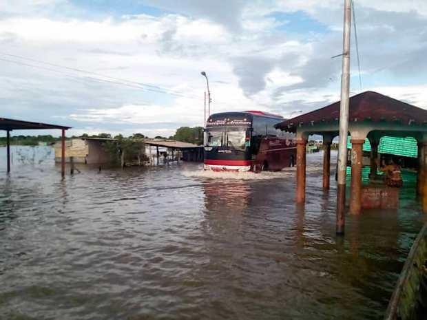 La ayuda humanitaria vía terrestre a Amazonas se vio afectada por la crecida del Orinoco que bloqueó el paso. Foto: Olnar Ortiz - AC Kapé Kapé.