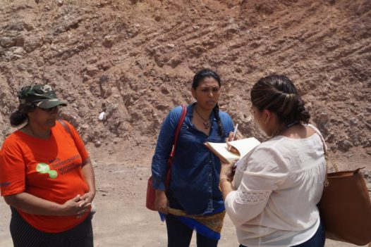 A Irma Lemus (centro) intentaron secuestrarla en su viaje al exilio. Foto: Radio Progreso.