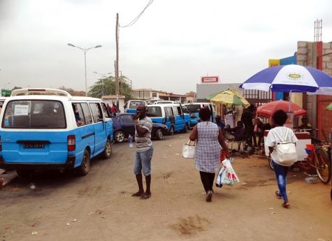Fiéis da Diocese de Viana sufocados pela acção de taxistas e vendedores