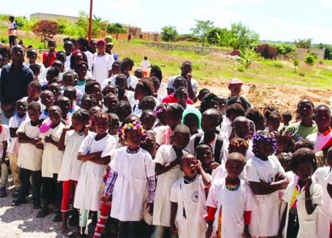 Mais de 500 crianças deixam de estudar debaixo de árvores