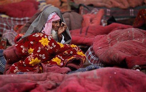 Một người đàn ông vô gia cư tại New Delhi, Ấn Độ đang co ro trong chiếc chăn đi thuê trong ngày đầu năm mới. (Ảnh: AP)