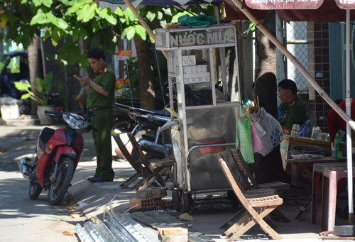 Hiện trường trước cổng công ty Việt Nhật – nơi xảy ra vụ việc được người dân dùng ĐTDĐ quay lại diễn biến, chia sẻ trên mạng xã hội