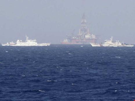 Trung Quốc 'ngăn sông cấm chợ' ở Biển Đông