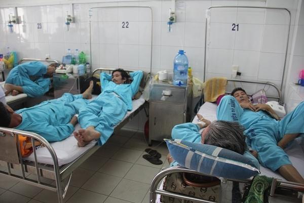 Bệnh nhân nằm ghép giường tại bệnh viện Đà Nẵng