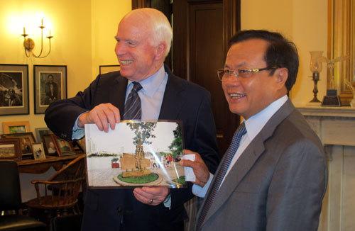 Bí thư Thành ủy, Phạm Quang Nghị, John McCain