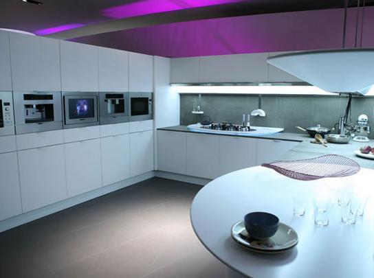 Com forte inspiração futurista, a cozinha hi-tech conta com os mais avançados aparelhos domésticos, geladeira e fogão de última geração em tom de metal - Reprodução/Internet