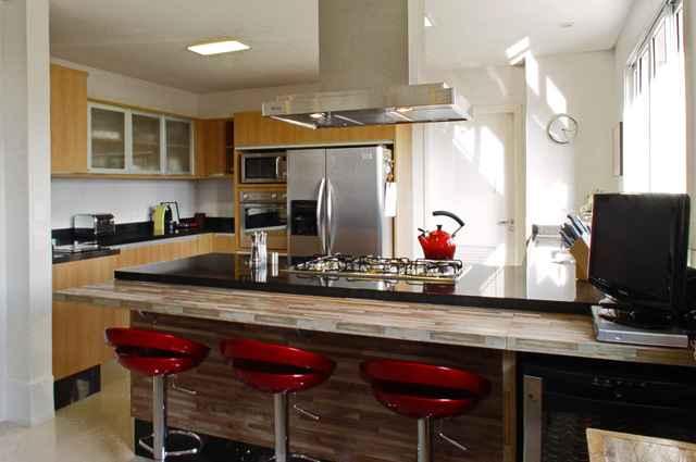 Móveis em acrílico oferecem a impressão de espaço ampliado, por isso são grandes aliados em uma sala pequena ou cozinha americana (Divulgação/Rocha Andrade Arquitetura)