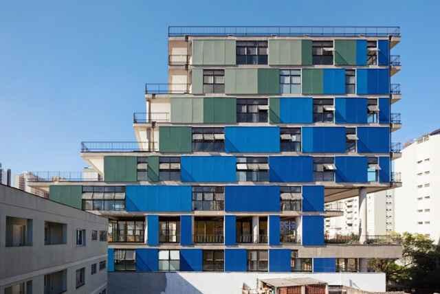 Edifício Comercial João Moura na Zona Oeste de São Paulo possui varandas de diferentes dimensões e um painel com aberturas e anteparos coloridos (Nitsche Arquitetos Associados/Divulgação)