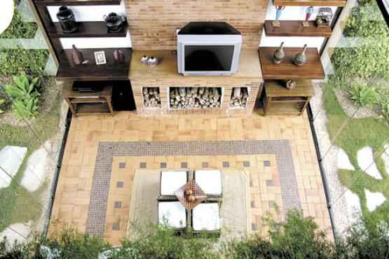 A parte externa da casa ganhou uma espécie de tapete de pedra. Projeto assinado pelas arquitetas Renata Melendez e Flávia Amorim
