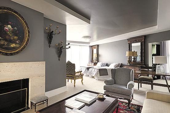 Quarto criado pelo arquiteto Sergio de Oliveira com a cor de 2014 da Sherwin-Williams, chamada exclusive plum (Maria Ines Antich/Divulgação)