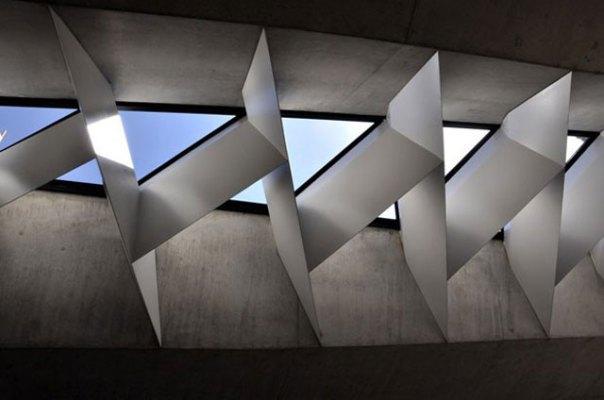 Toda a estrutura da praça foi feita de componentes de concreto pré-fabricados e com janelas em formatos geométricos (Divulgação/Balonas e Menano)