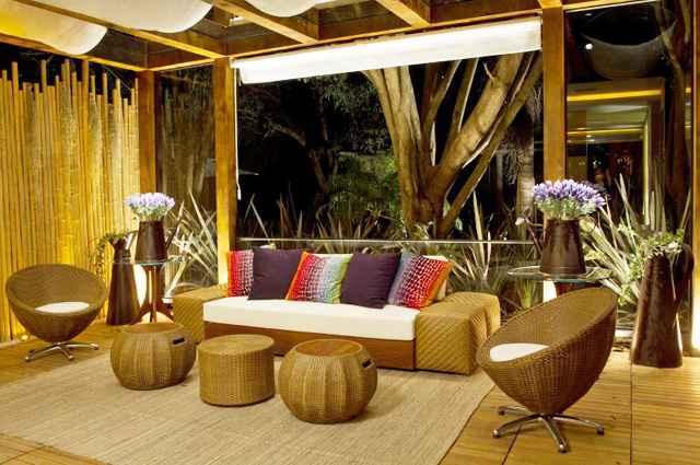 Revestimentos nativos, parede de bambus e os móveis treliçados dão um toque rústico ao ambiente com identidade brasileira (Haruo Mikami/Divulgação)