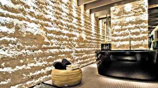 No projeto do arquiteto Ricardo Rossi, a recepção do spa ganhou pedras, que deixaram o ambiente rústico, sofisticado e aconchegante  (Divulgação Palimann)