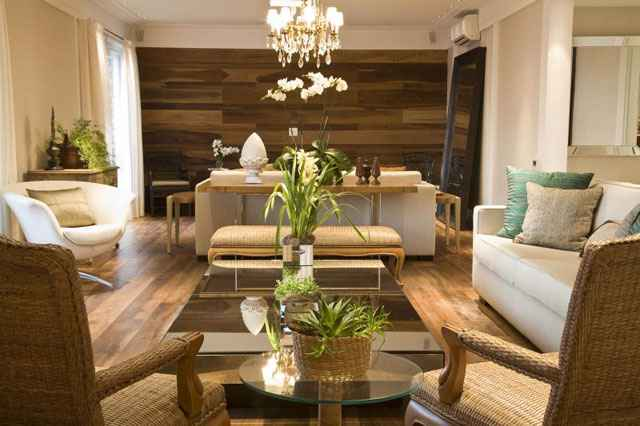 Na sala criada pela arquiteta Letícia Ruivo, a mesa de centro, apesar de grande,