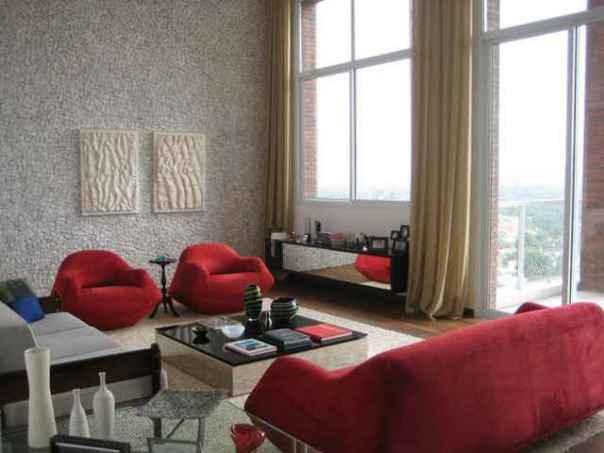 Na sala criada pela arquiteta Maristela Faccioli, a mesa de centro e o aparador espelhados dão amplitude ao ambiente (Maristela Faccioli/Divulgação)