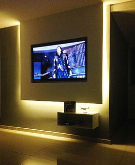 Painel suspenso de gesso com iluminação LED embutida e um nicho para equipamentos auxiliares (Contexto Arquitetura e Construção/Divulgação)