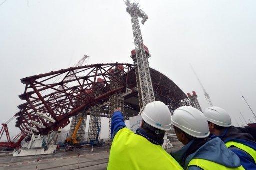 Funcionários supervisionam a instalação de uma estrutura para cobrir a área onde ficava o antigo reator nuclear de Chernobil. Foto: AFP/Archivos Sergei Supinsky