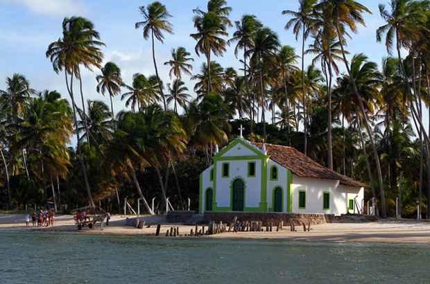 Praia dos Carneiros, com a Capela de São Benedito nas areias, é uma das belezas do município de Tamandaré. Foto: Annaclarice Almeida/DP/D.A Press