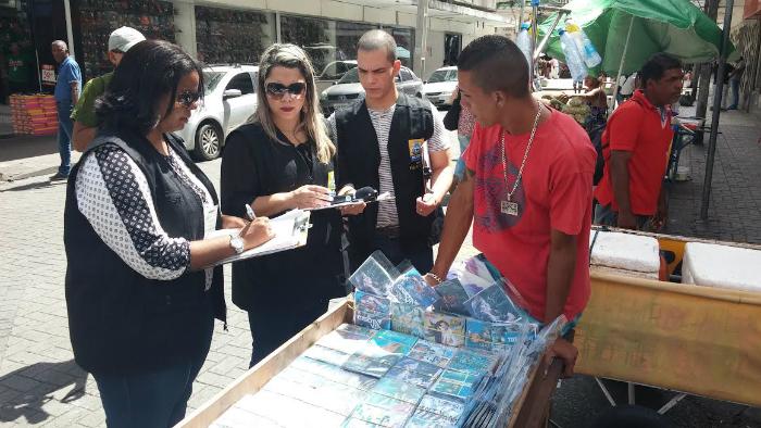 Inspeção aconteceu nas principais ruas do Centro. Foto: Mariana Fabrício/DP