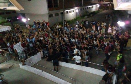 Ontem, os universitários decretaram greve por tempo indeterminado na UFRPE durante assembleia realizada no campus do Recife. Foto: Reprodução/ Facebook