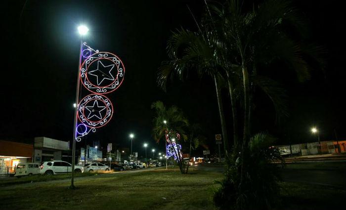 Resultado de imagem para Bandidos roubam iluminação natalina no centro